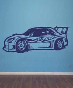Primer izgleda vijolične samolepilne stenske nalepke Super avto na modri steni v otroški sobi.