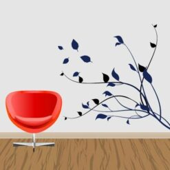 Primer izgleda dvobarvne samolepilne stenske nalepke Veja z odpadajočimi listi na beli steni v dnevni sobi.