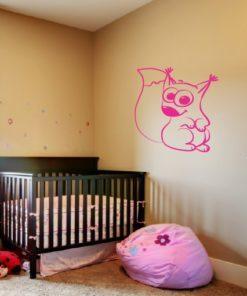 Primer izgleda roza samolepilne stenske nalepke Veverička 2 na beli steni v otroški sobi.