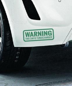 Primer izgleda zelena samolepilne avto nalepke Warning na avtu bele barve. Nalepka je napis, ki se glasi: Warning This car is turbocharged!