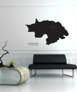 Primer izgleda črne samolepilne stenske nalepke Zasavska na beli steni v dnevni sobi.