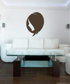 Primer izgleda rjave samolepilne stenske nalepke Ženska pričeska 2 na beli steni v dnevna sobi.