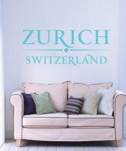 Primer izgleda turkizno zelene samolepilne stenske nalepke Zurich Switzerland na modri steni v dnevni sobi.