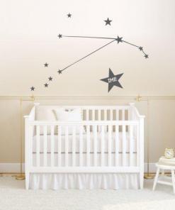 Primer izgleda temno sive samolepilne stenske nalepke horoskop ozvezdje oven na bež steni v otroški sobi.