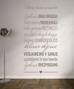 Primer družinske stenske nalepke Naša hišna pravila na steni.